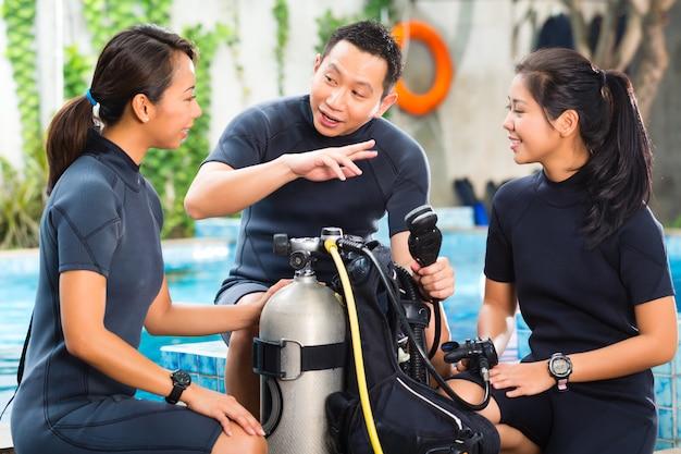 Persone in una scuola di immersioni Foto Premium