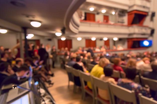 Persone nell'auditorium teatrale durante lo spettacolo. immagine sfocata Foto Premium