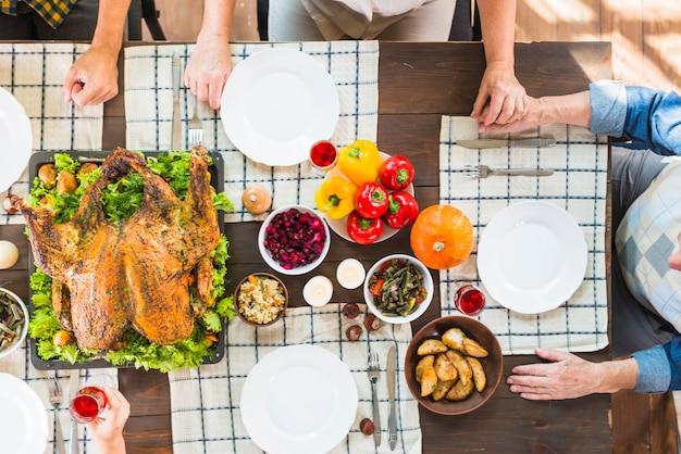 Persone sedute a tavola con cibo diverso Foto Gratuite