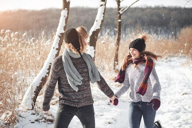Persone, stagione, amore e svago - coppia felice divertirsi durante l'inverno Foto Premium