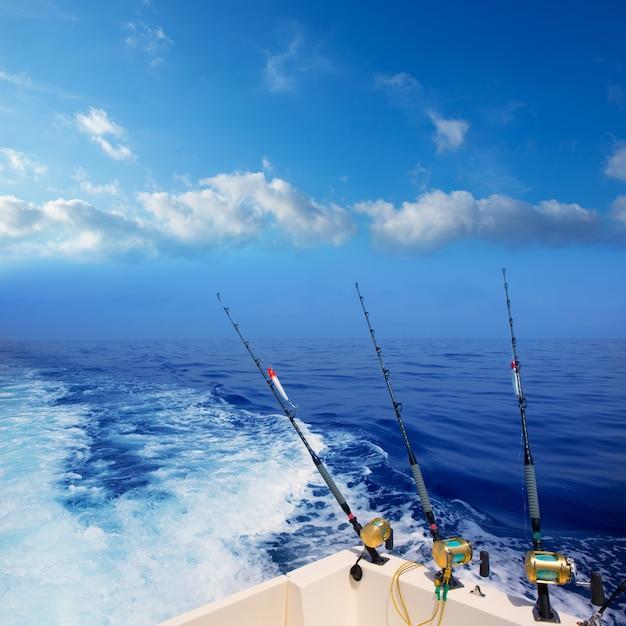 Pesca a traina in barca nell'oceano blu profondo al largo Foto Premium