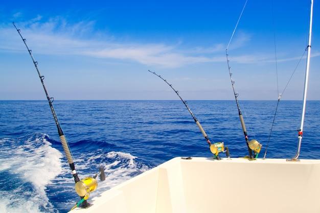 Pesca in barca a traina nel mare blu profondo Foto Premium