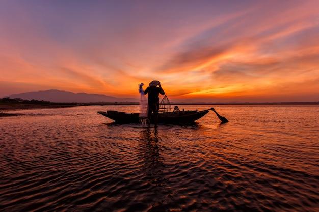 Pescatori che gettano in rete il lago inle della pesca Foto Premium