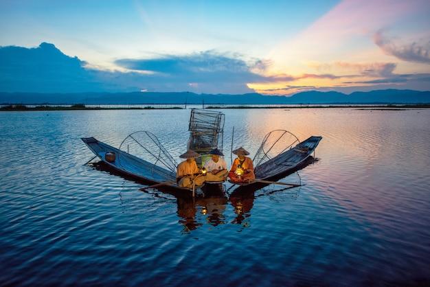 Pescatori intha che lavorano al mattino Foto Premium