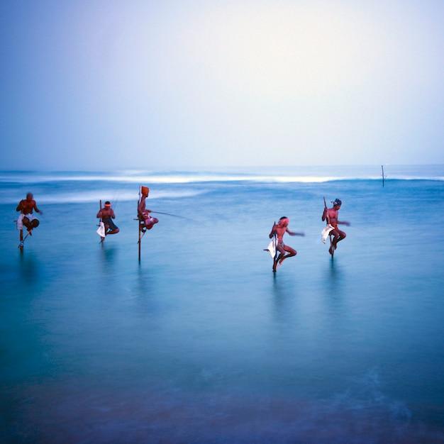Pescatori tradizionali su palafitte nello sri lanka. Foto Gratuite