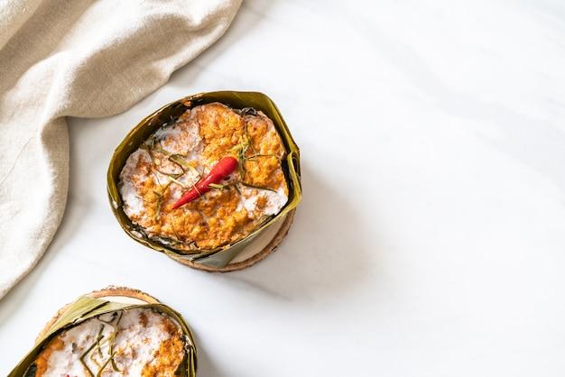 Pesce al vapore con pasta di curry Foto Premium