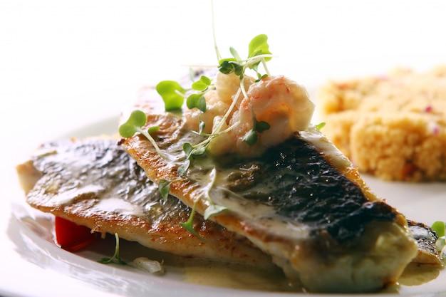 Pesce alla griglia gourmet servito con gamberi Foto Gratuite