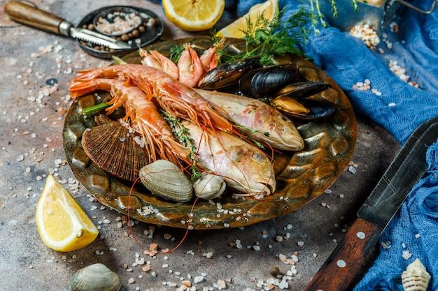 Pesce di mare fresco, gamberi, vongole Foto Premium