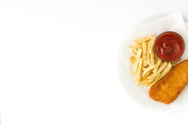 Pesce e patate fritte britannico tradizionale isolato sulla superficie bianca copyspace Foto Premium