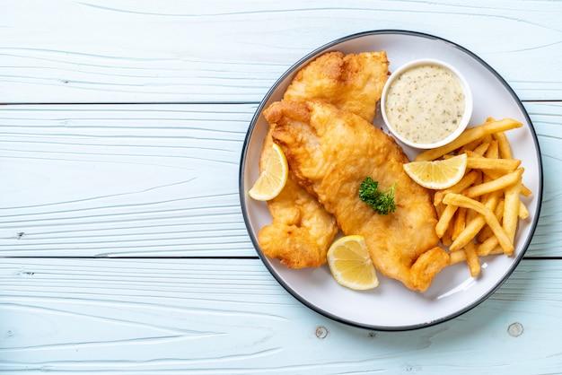 Pesce e patatine fritte con patatine fritte Foto Premium