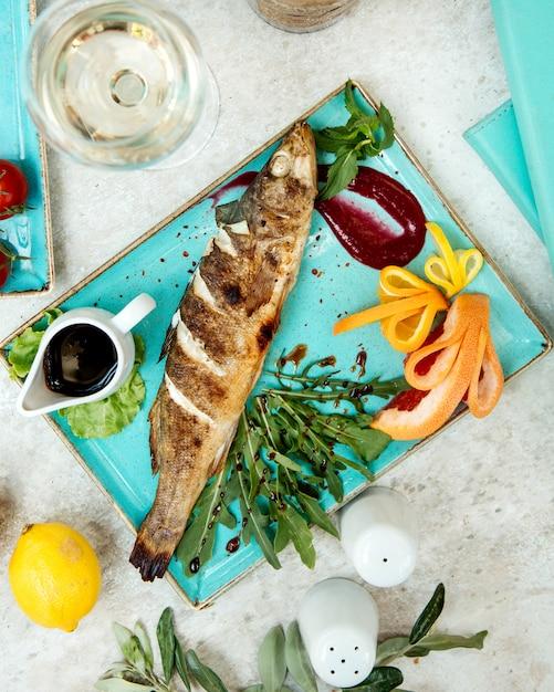 Pesce fritto con salsa ed erbe Foto Gratuite