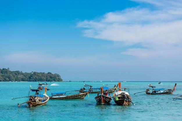 Pescherecci tailandesi tradizionali avvolti con nastri colorati. Foto Premium