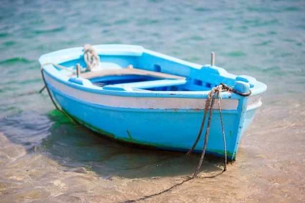 Peschereccio greco tipico di colore blu e bianco nel porto di mykonos in grecia Foto Premium