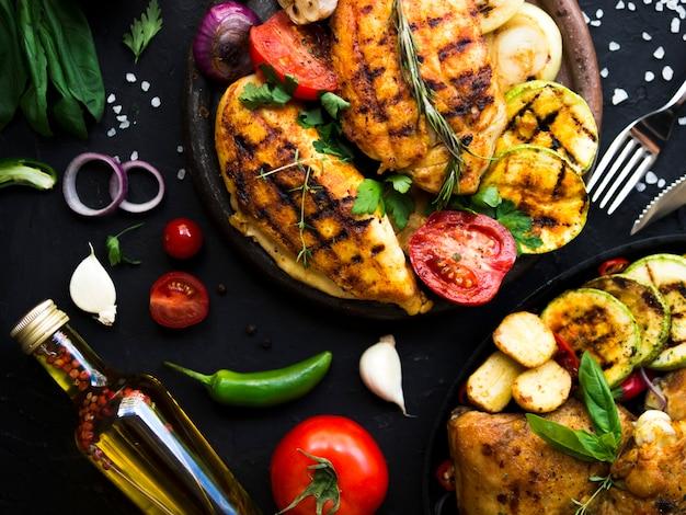 Petti di pollo alla griglia con verdure Foto Gratuite