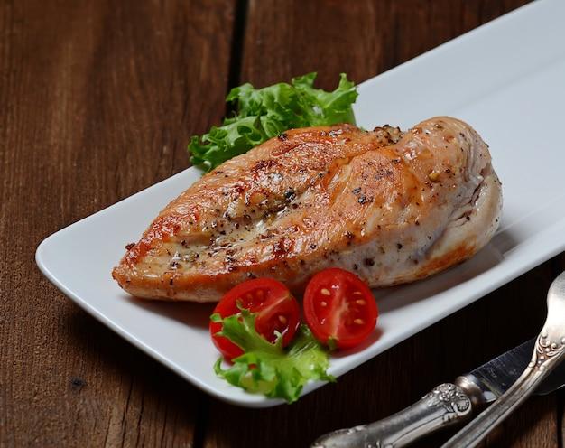 Petti di pollo alla griglia in zolla bianca Foto Premium