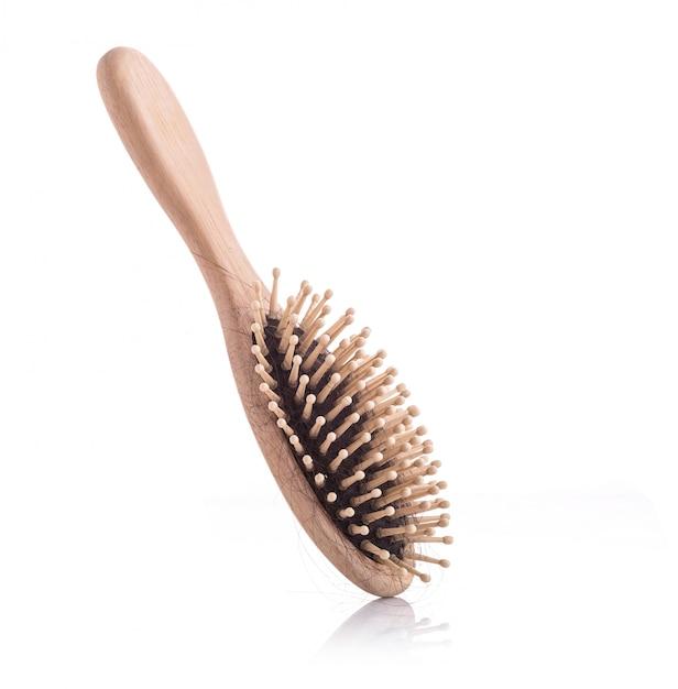 Pettine di legno con il colpo dello studio di problema di perdita di capelli neri ed isolato su bianco Foto Premium