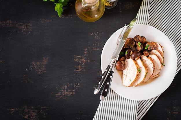 Petto di pollo al forno con funghi in salsa balsamica sul tavolo. vista dall'alto Foto Premium