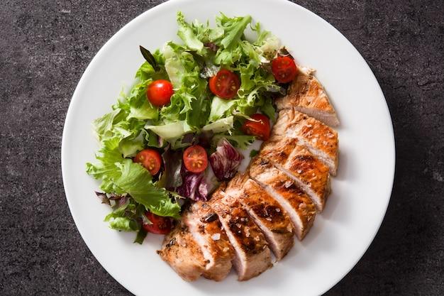 Petto di pollo arrostito con le verdure su un piatto. vista dall'alto. Foto Premium