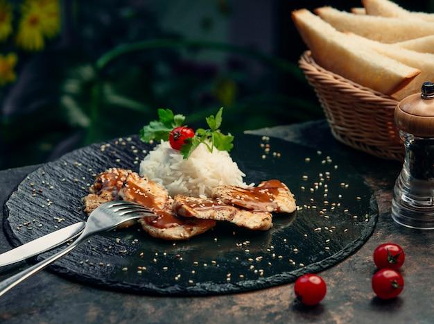 Petto di pollo fritto con riso Foto Gratuite