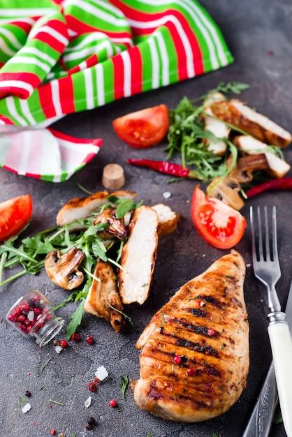 Petto di pollo grigliato a fette Foto Premium