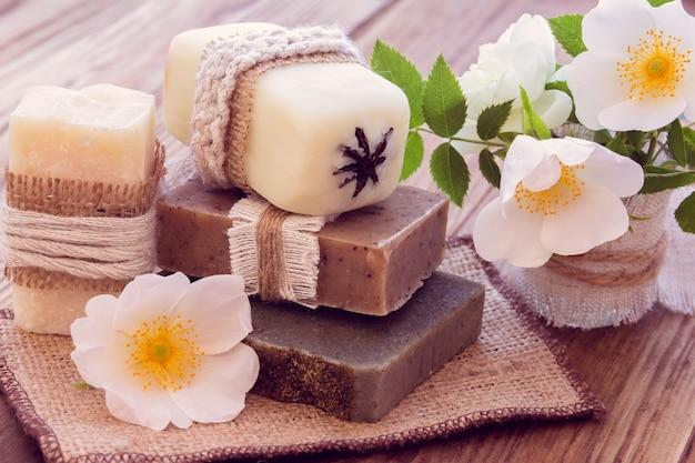 Pezzi decorati di vario sapone secco con rose Foto Premium