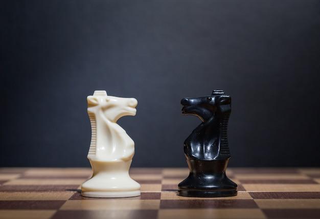 Pezzi degli scacchi su una scacchiera Foto Premium