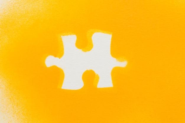 Pezzi del puzzle bianco su sfondo giallo Foto Gratuite