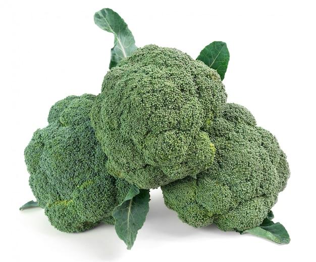 Pezzi di broccoli isolato su bianco Foto Premium