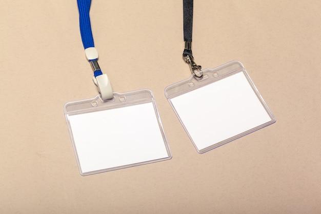 Pezzi di carta bianca per mock up su un beige Foto Premium