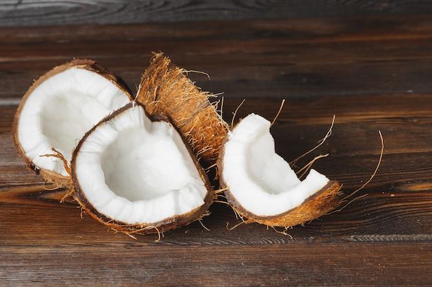 Pezzi di cocco incrinato su legno scuro Foto Premium