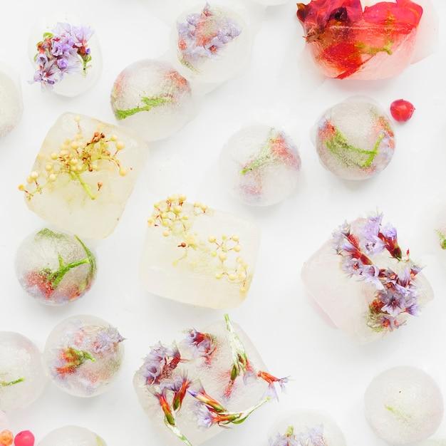 Pezzi di ghiaccio bianco con fiori all'interno Foto Gratuite
