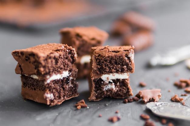 Pezzi di pasta sfoglia cotta al cioccolato sul tavolo scuro Foto Gratuite