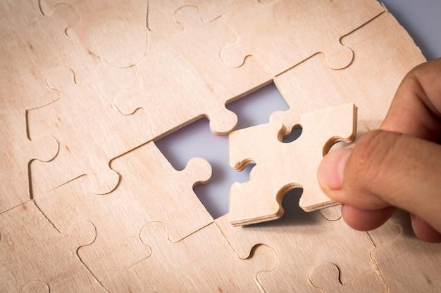 Pezzi di puzzle nelle mani della donna Foto Premium