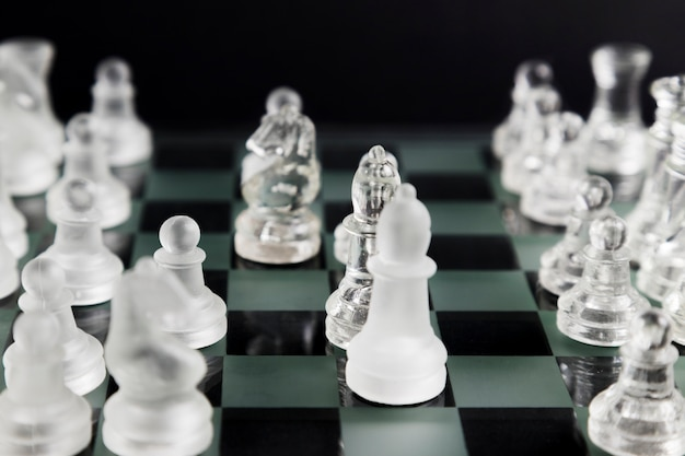 Pezzi di scacchi trasparenti a bordo Foto Gratuite