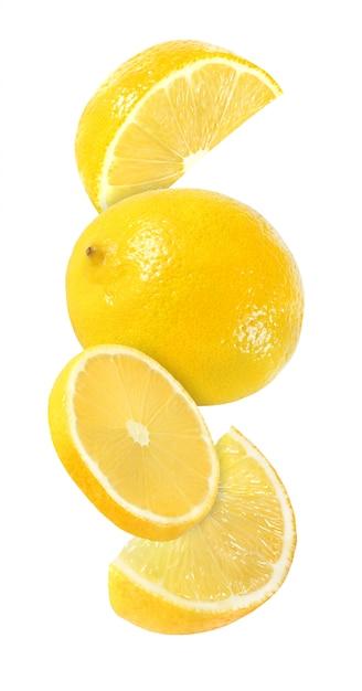 Pezzo d'attaccatura, di caduta e volante dei frutti del limone isolato Foto Premium