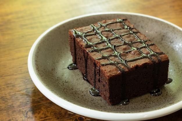 Pezzo di brownie al cioccolato nel piatto Foto Premium