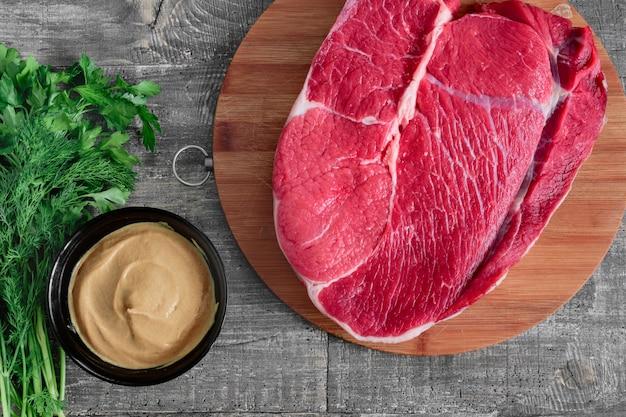 Pezzo di carne cruda - bistecca succosa cruda Foto Premium