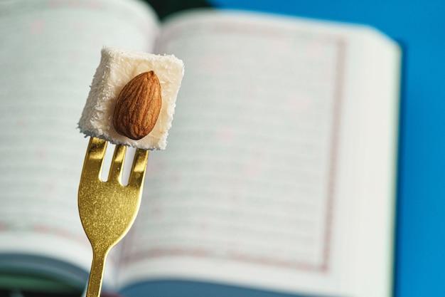 Pezzo di lokum delizia turca tritato sulla forcella del dessert Foto Premium