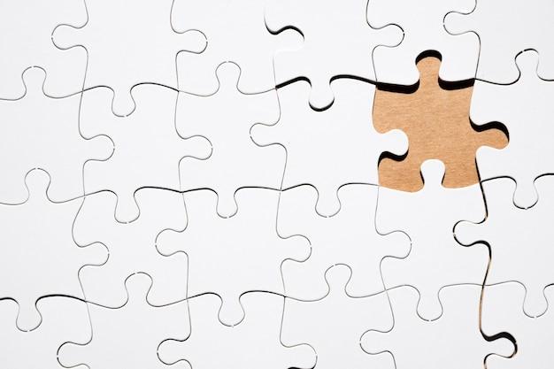 Pezzo mancante del puzzle di griglia bianca di puzzle Foto Gratuite