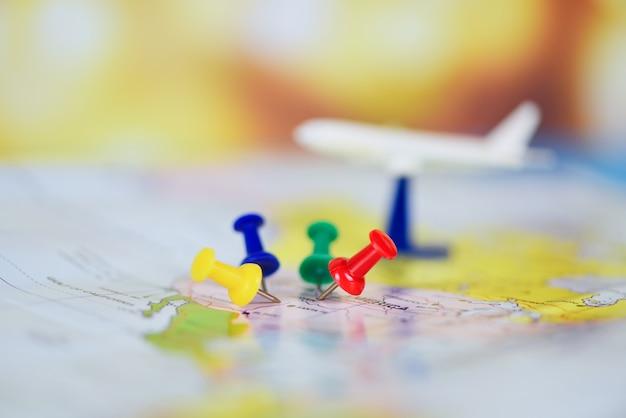 Pianificazione del viaggio con i punti di destinazione dell'aeroplano su un perno della mappa, tempo di viaggio o piano per il concetto di viaggio Foto Premium