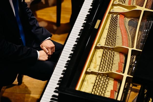 Pianista e pianoforte dall'alto. Foto Premium
