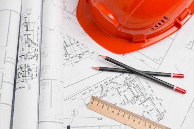 Piano architettonico. disegni di ingegneria, casco, matite e progetti di ingegneria. Foto Premium