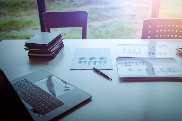 Piano aziendale affidabile e ponderato sulla scrivania nella sala per seminari Foto Premium