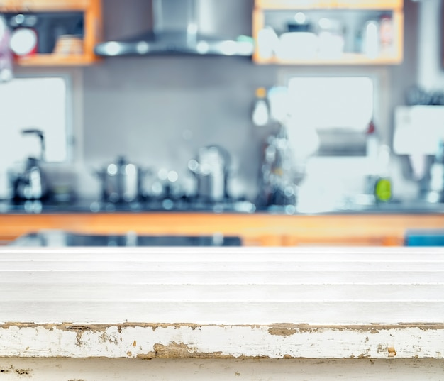 Piano d'appoggio vuoto bianco di lerciume al fondo della cucina della sfuocatura Foto Premium