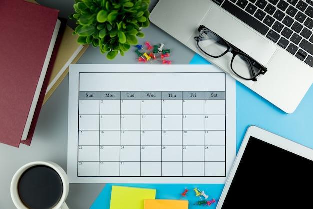 Piano del calendario fare affari o attività mensilmente. Foto Premium