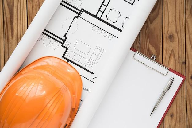 Piano dell'ingegnere di vista superiore su fondo di legno Foto Gratuite