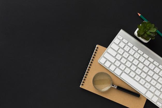 Piano di lavoro desktop con notebook e tastiera Foto Gratuite