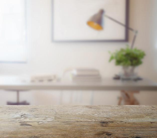 Piano tavolo in legno con sfocatura del tavolo di lavoro moderno con libro e lampada come sfondo Foto Premium
