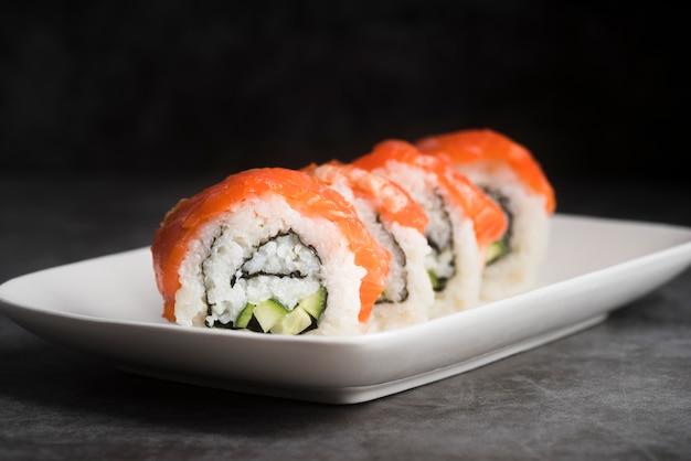 Piastra ad alto angolo con sushi Foto Gratuite
