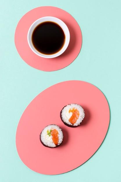 Piastra con salsa di soia e sushi Foto Gratuite
